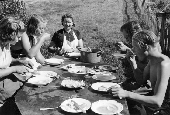 Bilde av måltid i vinna foto trolig Rolf Øvergaard