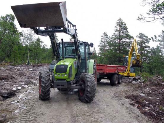 Bilde av Arild-Hemli-traktor og gravemaskin. Foto Hans Sollid