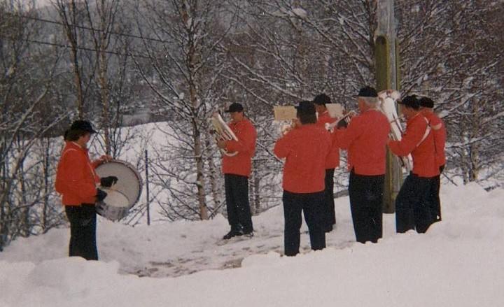79 0517 17mai i snø korps i SøreBrænd