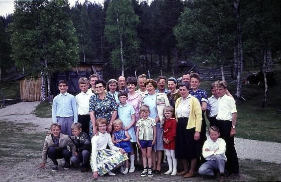 Bilde av siste skoledag Atnbrua våren 1965 foto Knut Singstad