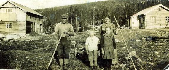 Bilde av nybrottsarbeid på Skogli. Foto utlånt av familien.