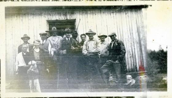 Bilde av Skyttere foran gamle skytterhuset på banen ved Atnbrua.