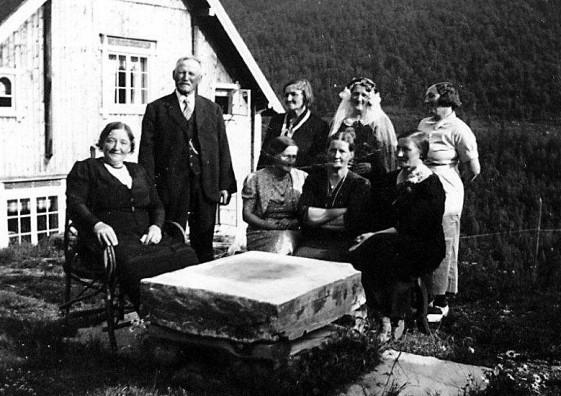 Bilde av bryllupsgjester i Nordre Kulstad. Foto fra Sollia1