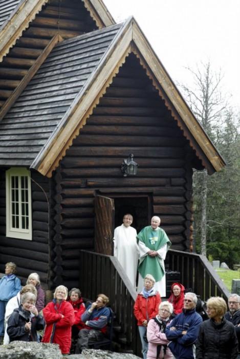 Gode talere og gode lyttere på kirketrappa. Foto Bjørn Brænd