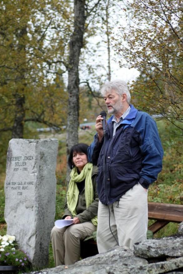 Guide og programleder Bjørn Brænd kåserte fra kirkebakken. Foto Hans Sollid