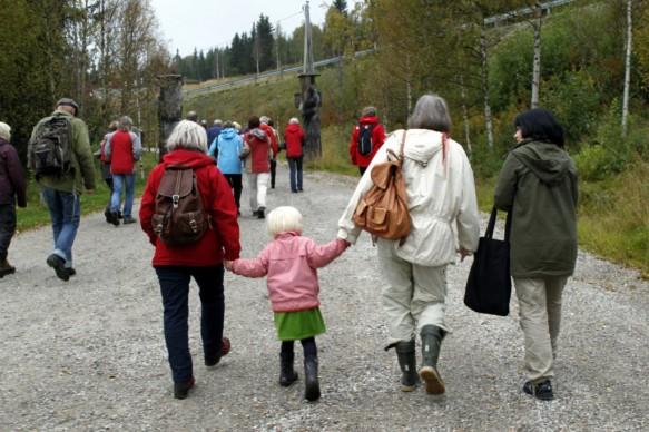 Så vandrer vi i flokk og følge fra kirken til Prestegården - slik prestefolkene Helene og Carl lassen gjorde gjennom alle de 38 åra de bodde i Sollia. Foto Bjørn Brænd