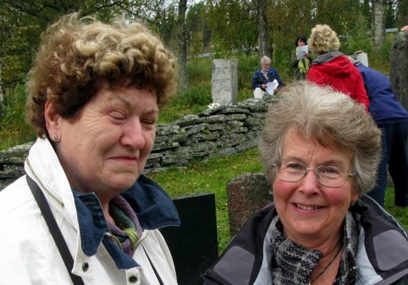 På Solvang var det en fotoutstilling om Sollia kirke laget av Sidsel Røine t.v. og Synnøve Røstum Lien. Foto Hans Sollid
