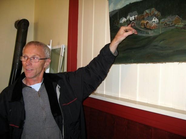 Nåværende eiere av Prestgarden er Ellen Marie Tangen og Hans Bondal. Her forteller Hans om hvordan den opprinnelige Prestgarden så ut. Foto Hans Sollid