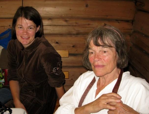 """Utvalg og redaksjon til boka """"Fra fjellbygden"""" var ved mor og datter Ingeborg Lyche Gomnæs og Anja Maria Brænd. Foto Hans Sollid"""