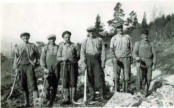 Bilde av arbeidslag på vegen gjennom Kjøllerne nord for Gravskardbekken. Foto fra familiealbum på Sjøli