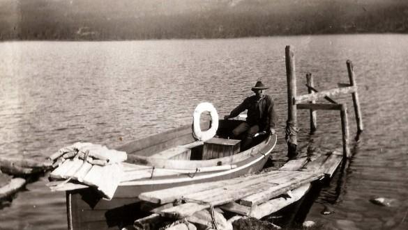 Stakstobåten med skipper Sigurd Svendsen legger til brygga ved Fagervoll i nordenden av Atnsjøen. Foto utlånt av Odd Kjølhamar