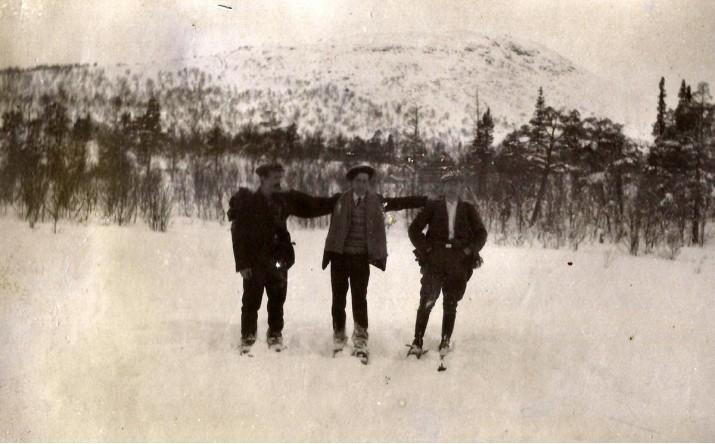 11 1207 N Finstad tre skiløpere på Finnsjøen
