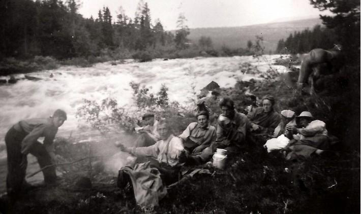 Fløtere kviler neda Fosshu'e. Bildet utlånt av Borghild Vulvik