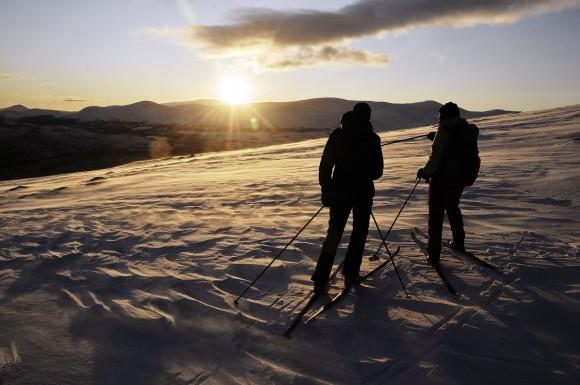 Bilde av skiløpere i motlys i romjula 2011. Foto Per Bjørkum
