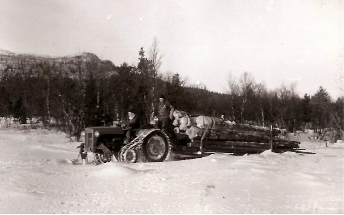 Tømmerkjøring på Mokjølen. Foto utlånt av fam etter Ambros Sollid