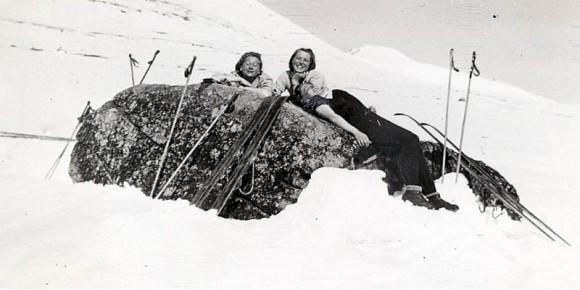 1943 Gunvor Helene (Gunne) Dahl, Kari Moen Øvergård på ski under Blåkampen. Foto Rolf Øvergaardski