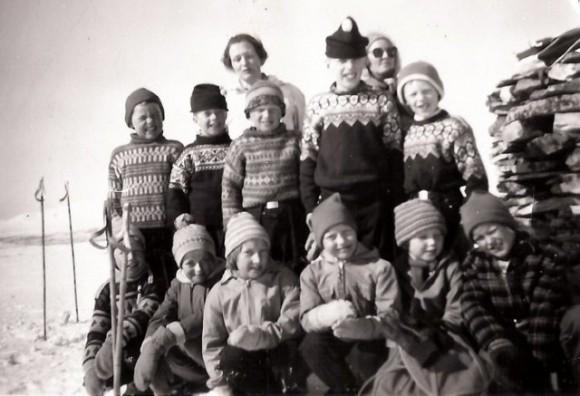 Skoleskitur på Finnsjøvola 1960. Foto utlånt av Agnes og Ragnar Kulstad