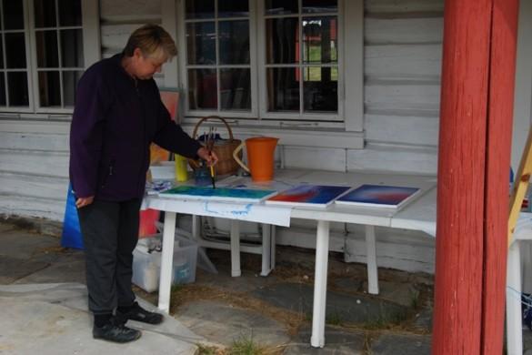 Turid Kristine Sem har tatt turen helt fra Stavern. Hun har valgt å           male utendørs.