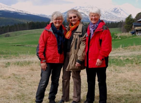 Kursholderne Randi Kjeldsen og Anna Helene Landsverk med                  veteranen Liv Nesset i midten. Liv Nesset har deltatt på samtlige                 Vedic Art -kurs i Sollia.
