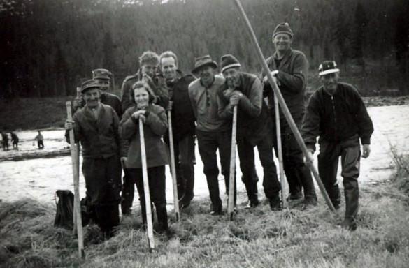 Tømmerfløtere i Atna ne'me ælven. Foto utlånt av Svend Uthi