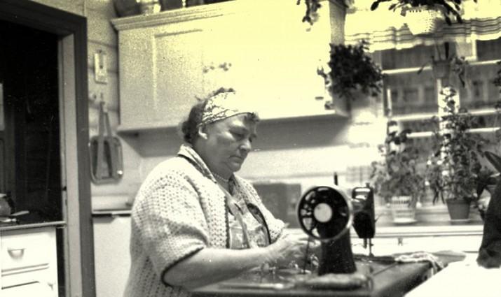 Signe ved Singer-maskina sin foto Gustav Heiberg