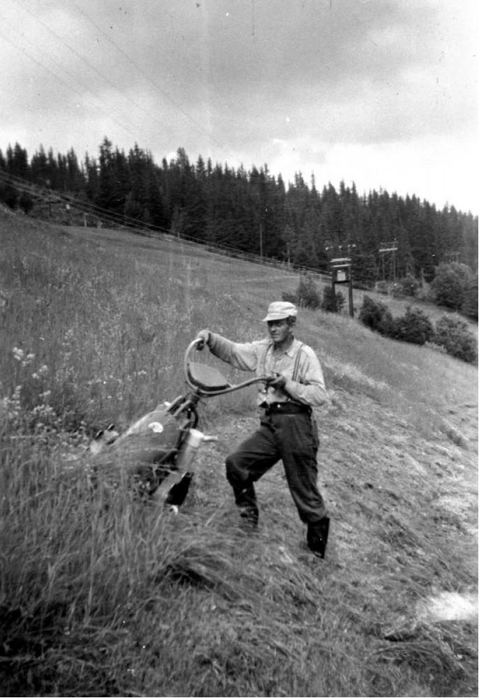 Knut Haugland i bratta med motoslåmaskina sin