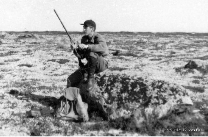 Ole Bjarne Eggen på rypejakt på Finnsjøfjellet ca. 1970. Foto utlånt av Jens Lien