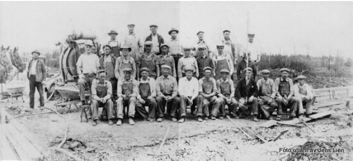 John Lien (nr. fem fra høyre første rekke) på anleggsarbeid i Minnesota ca. 1920. Foto utlånt av Jens Lien