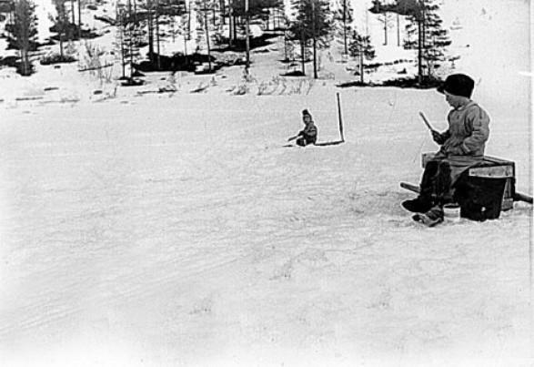 Bilde av Isfiske Atnsjøen 1961 Foto Kari Moen Øvergaard