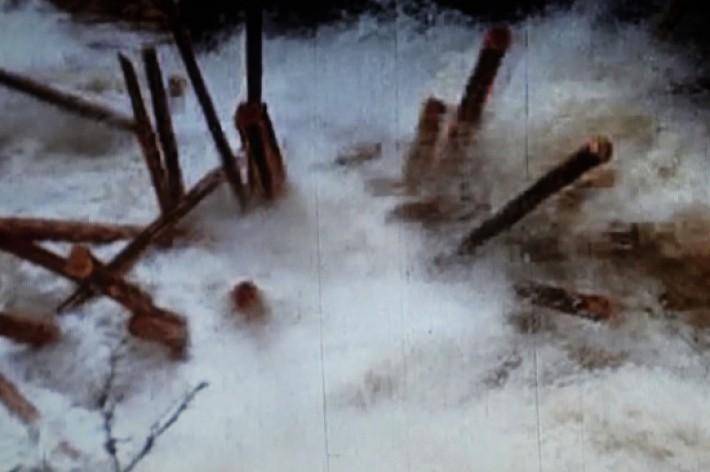 Tømmerdans i fossestryk. Foto BB