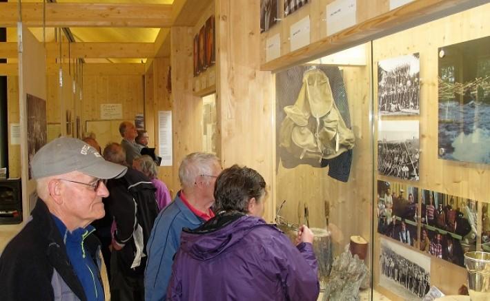 Ulf Helgesen betrakter utstillingen