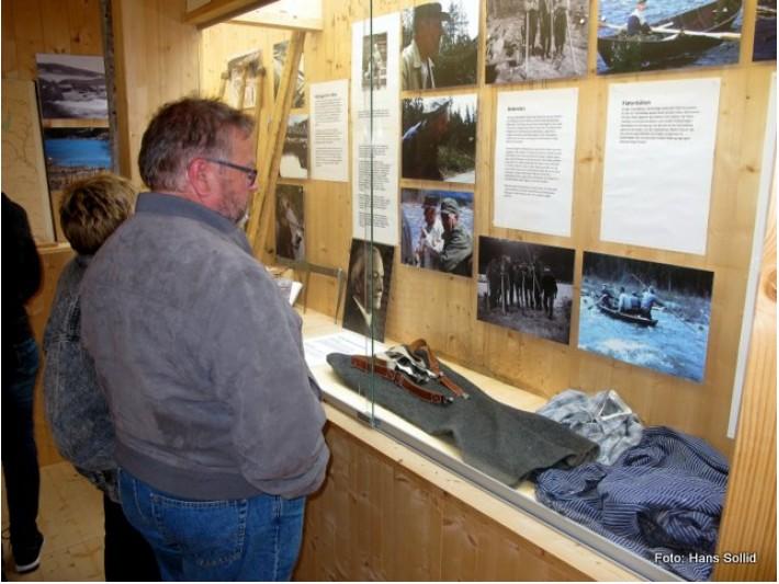 Knut Olav Haugland studerer fløterbåten i aksjon