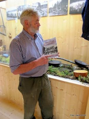 BB med boka om tømmerfløting