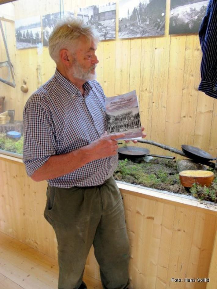 Bjørn Brænd med bok som ble utgitt til denne utstillingen