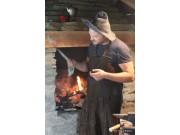 Johan smed holder jernet varmt