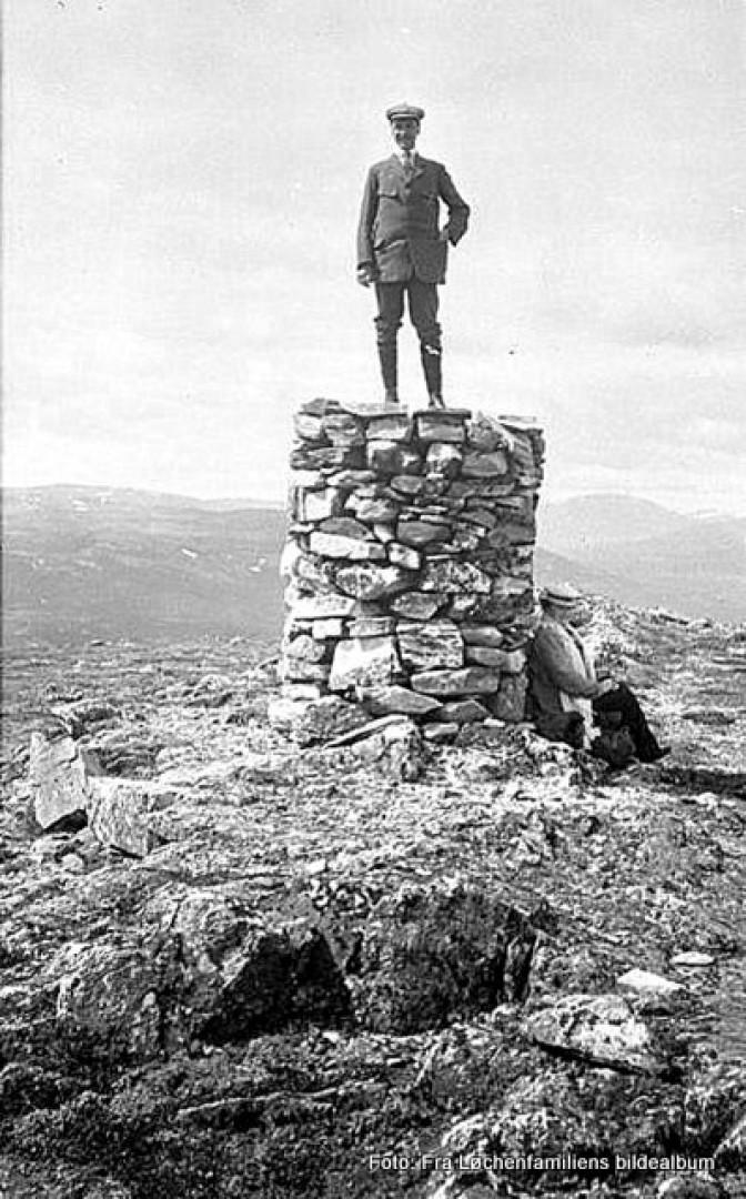 1-18 0219 Edvard Løcken på toppen av Pika rundt 19